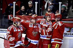 Juha-Pekka Haataja gratuleras efter sin oerhört vackra styrning till 2–0. Det mål som tvingade Vita Hästen att chansspela under den senare delen av tredje perioden.