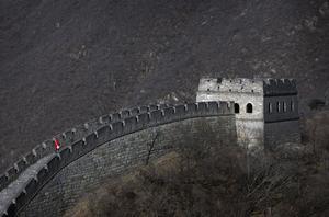 Kinesiska muren attackeras av ödlevarelser i ny storfilm.