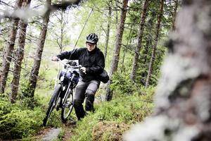 Dagen strapats: att bära en tung gubbcykel över såväl stock som sten.