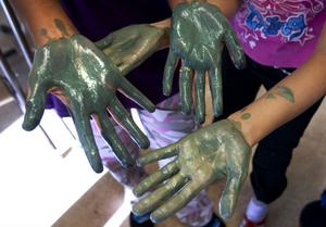Kladdig kemilektion. Några av eleverna kunde inte låta bli att leka lite med färgen som de framställde.