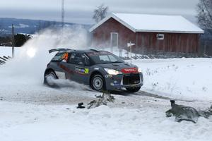 Emil Bergkvist i en Citroen DS3 WRC2, under fredagens första sträcka i Torsby. Svenska rallyt är den andra deltävlingen i rally-VM 2017.