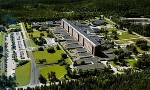 Överbeläggningar och korridorvård i februari bidrog till att tre multisjuka patienter smittades med influensa och sedan avled på Sundsvalls sjukhus.