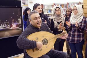 Salah Saygh bjöd på musik och sång under invigningen.