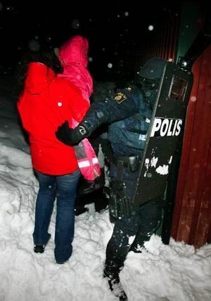 Insatsstyrkan säkrar vägen för barn och vuxna som släppts av gisslantagaren.