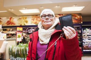förberedd. Doris Mårtensson från Hallstahammar har plånboken i säkert förvar när hon julhandlar.