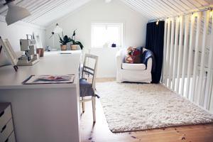 Loftet som finns i ena halvan av huset används som kontor och pysselrum, där Maria bland annat har symaskinen framme.