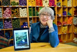 Helena Hernmarck, textilkonstnär, på besök hos Wålstedts Textilverkstad i Dala-Floda.