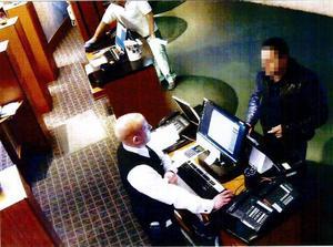 Den misstänkte gärningsmannen checkar in på ett hotell i Stockholm efter mordförsöket. Foto: Polisen.