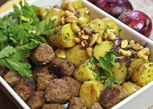 Lammköttbullar med varm potatissallad är en smakmässig överraskning i gult.