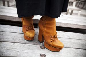 Bruna läderskor med klack från Acne.