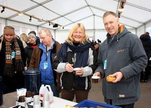 Peter Olofsson och Anna-Lena Svenn var två av dem som kom till inflyttningsfesten på Jernvallen. De kom från Falun till Sandviken förra året och har bosatt sig i en sommarstuga vid Storsjön.