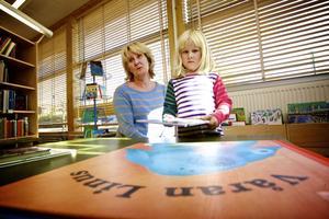 Mona Frykberg och femåriga dottern Ida kommer att sakna närheten till biblioteksfilialen i Domnarvet.