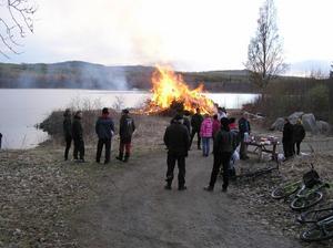 Det slutade förvisso regna och snöa, men det var kallt i Ramsjö på Valborgskvällen, nästan nollgradigt. Men några slöt upp för korvgrillning och majkasen.