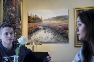 Naturmotiv. Oljemålningen (ja, det är en målning, inget foto) i bakgrunden av Mikael Luth är från Näsets naturreservat, i förgrunden hans brorson Alexander Luth med flickvännen Alina Pöchhacker.
