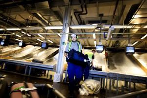 """AVLÄSNING. Då en väska checkats in går den på rullband förbi röntgenutrustning och vidare till bagagesorteringen.BRA STÄMNING. Tommy Strömberg gillar stämningen i arbetslaget. Han säger att det är samma """"tugg"""" som i Strömsbergs omklädningsrum."""