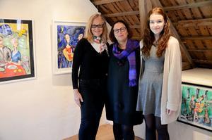 Utställare. Susanne Nyholm, blandteknik, Karin Larsson, grenkonst, och Ellinor Askerblom, teckning, ställer ut i Bagarstugan.