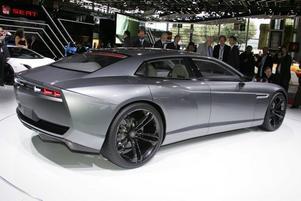 Vacker och brutal. Lamborghini Estoque skiljer sig rejält från sina syskon. Estoque har fyra dörrar, plats för fyra passagerare och dessutom ett i supersportbilsvärlden gigantiskt bagageutrymme som rymmer 440 liter. Bilen ser tack vare sina slimmade former liten ut men är drygt fem meter lång. Motorn är mittmonterad bakom framaxeln och är för tillfället en V10 på 560 hästkrafter. Lamborghini pratar om att både V8 hybrid och V12 diesel kan blir aktuellt för även Lamborghini vill visa sig lite miljövänliga.