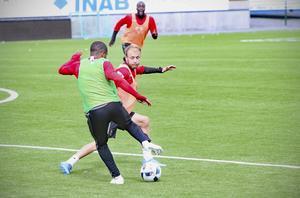Curtis Edwards och Alex Dyer i kamp om boll på träning. Får Edwards fortsatt förtroende när bland annat Dyer är åter tillgänglig?