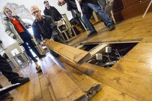 Kyrkvaktaren Leif Sköld plockade fram skruvdragaren så att golvet där orgeln ska placeras kunde undersökas.