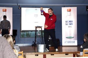 Missbruksproblem. Igår fick alla elever i mellanstadiet och högstadiet i Laxå kommun se i ett drama hur det kan vara att växa upp med en pappa som är alkoholist.