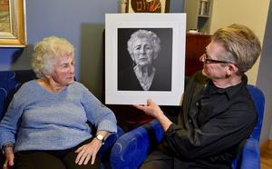 Årets stipendium ur Micael Bindefelds Stiftelse till minne av Förintelsen går till fotografen Mikael Jansson som fotograferar alla överlevande från koncentrationsläger i Europa och som nu lever i Sverige. En av dem är Tauba Katzenstein i Stockholm.