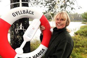 Anne-Lie Gyllbäck hoppas att den livboj hon nu sätter upp vid Brindsjön aldrig kommer att behöva användas.