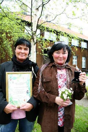 Stolta och glada för utmärkelsen Guldärtan och diplom är från vänster systrarna Ann och Eva Eriksson, Lillhärjeåbygget i väglöst land väster om Lillhärdal i Härjedalen.Foto: Jan-Eric Håkansson