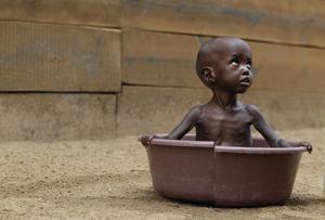 Tvåårige Aden Salaad från Somalia svälter i ett flyktingläger i Kenya. Kina har redan börjat spekulera i miljontals afrikaners svältdöd för att säkra sin egen befolknings tillgång på livsmedel.
