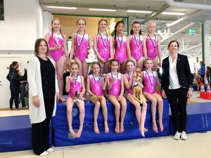 Borlänges AG-gymnaster med tränarna Johanna Katrin och Anna Westerlund.