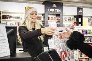 Frida Hjortén, butiksbiträde på Akademibokhandeln, har fullt upp i kassan dagarna innan julafton.
