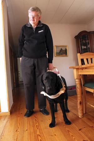 """DO-anmälan. Anmälan görs eftersom Dennis Johansson nekades att ens komma i fråga för jobb hos HSO på grund av sin ledarhund Charlie. Det är den enda motgången sedan han och hans fru flyttade till kommunen där hon har sina syskon.  """"Alla är så positiva och hjälpsamma här"""", säger han."""