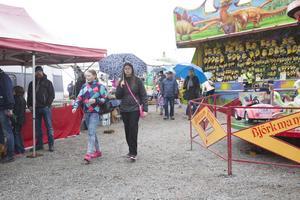 En hel del folk på vårmarknaden trots ömsom regn, ömsom sol och snöhagel.