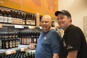 Lars Stener och Alexander Wallström köade utanför Systemet i Sveg för att vara först att köpa den nya ölen