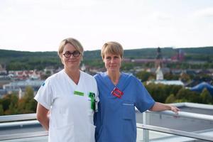 Ammi Drake, barnmorska, och Emelie Sternö, biträdande verksamhetschef, vid kvinnokliniken i Falun. Från och med den 1 november kommer i stället alla gravida kvinnor, oavsett ålder, att erbjudas KUB-tester för att se om fostren har någon kromosomavvikelse.