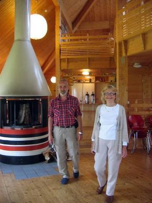 Håller öppet. Stefan Öhrman och Marie Norlén-Smith finns på Skaparbyn varje dag i sommar och har  försiktigt börjat med arrangemang som filosofikvällar och musikaftnar. T H: Väv av Birger Forsberg.