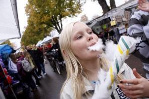 MUMS. Matilda Westlund, 10, från Tierp kunde inte motstå stånden med sockervadd.