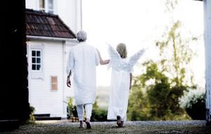 Fadern Jonas Söderblom (Stig Engström) leds iväg efter döden an en ängel (Lovis Jansson).