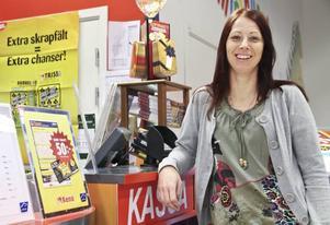 Här på Maxi Ica i Sandviken köpte Veronica Wallbäcks den trisslott som kan resultera i en vinst på fem miljoner kronor.