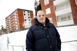 Niklas Asplund, boende i Västergård ser både för och nackdelar med rökförbudet.