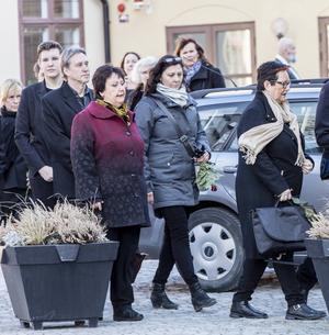 Babben Larsson anländer till Josefin Nilssons begravning i Visby domkyrka.