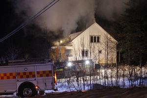 Flera räddningsstyrkor larmades till villabranden på lördagen.