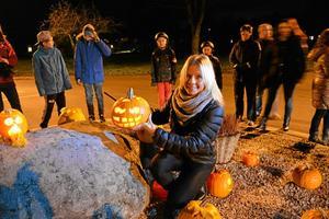 den ljusa sidan. Carina OLofsson tog initiativ till utsmyckningen av rondellen i Vretstorp, en idé som hörsammades av fler invånare än någon kunnat tro. Foto: Privat