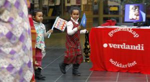 ROLIGT. Barnen hängde på och dansade när musiken sattes på.
