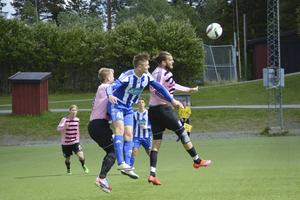 Skyttekungen Petter Thelin i luftduell med 1–1-skytten Marcus Olofsson och Frösöns lagkapten Fredrik Löfgren.