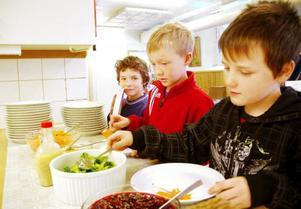 Kim Roos-Persson, Nils Grubb och Joel Dillner tar för sig av grönsakerna som serveras på Klövsjö skola.Foto: Sandra Högman