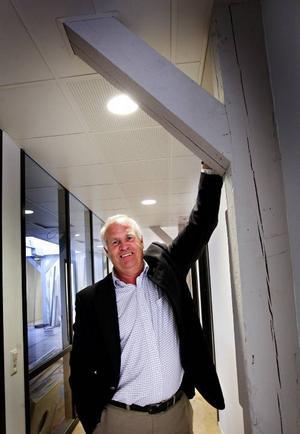 Börje Olsson visar en del av den ur sjukvårdssynpunkt, ovanliga interiören som härrör från  den gamla A 4-tiden. Då var det här en materialbarack.