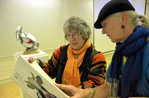 Häftigt att gå på ett sånt här koboksläpp tycker Gertrud Rullander och Annika Reuter, imponerade av Roine Magnussons bilder.
