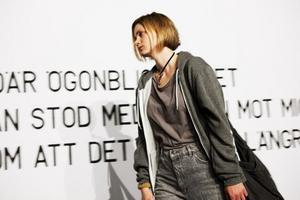 Vilsen stark. Liv Mjönäs gör rollen som Natascha Kampusch på Stockholms Stadsteater. Hugo Hansén regisserar.