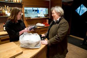 Först i kön. Catherine Isacsson är den första att hämta ut sin förbeställda nyårsmat av Kajsa Eklund på Drängen.