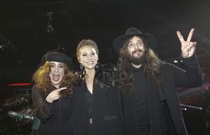 Låtskrivarna Miss Li och Sonny Gustafsson gratulerar Mariette vid Melodifestivalens deltävling två i Malmö 2015.
